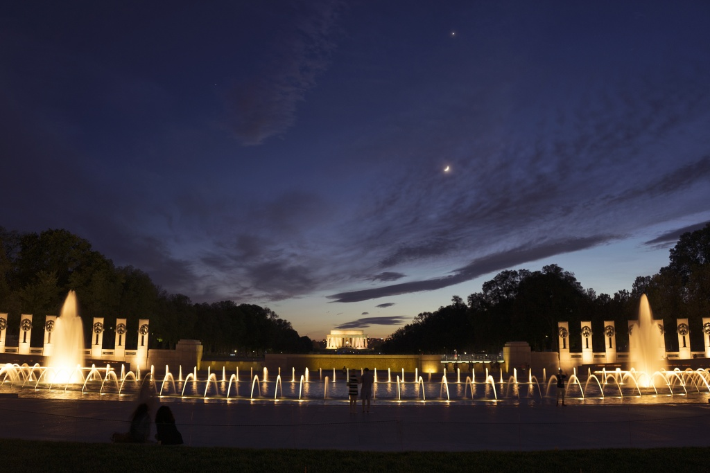 wwii, memorial, memorial day weekend, fountains, night, washington dc, lincoln memorial
