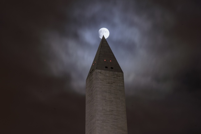 super blood moon, eclipse, harvest moon, clouds, washington monument, washington dc, national parks, national mall, night, moon, tip