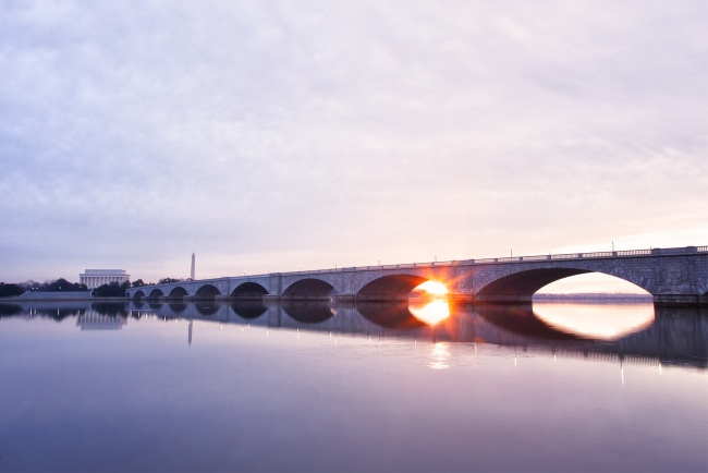 memorial bridge, roosevelt island, washington dc, lincoln memorial, washington dc, gw parkway, washington monument, reflection, potomac river, water, early morning, sunrise, rays of light