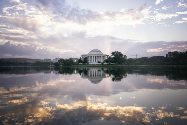 tidal basin, washington dc, jefferson memorial, early morning, sunrise, sun rays, god rays, visit, reflection, clouds, potomac river, west potomac park, ohio dr,