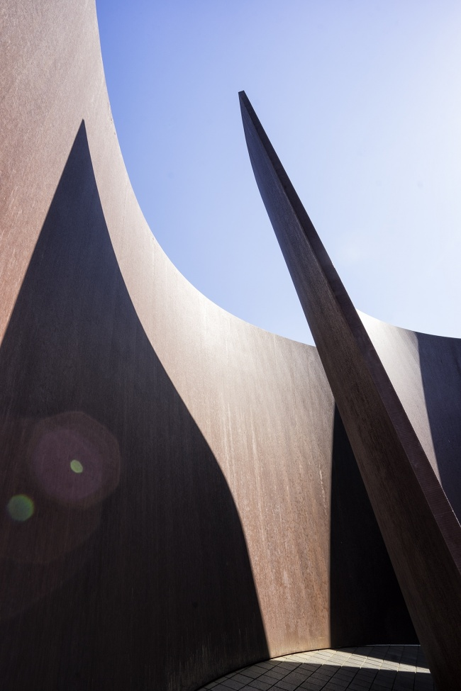 Glenstone Museum, Potomac MD, private, tickets, reservation, hours, tours, outdoor sculpture, jeff koons, Richard Serra, Sylvester, sculpture, art, abstract, modern, shadows, lines, tones,