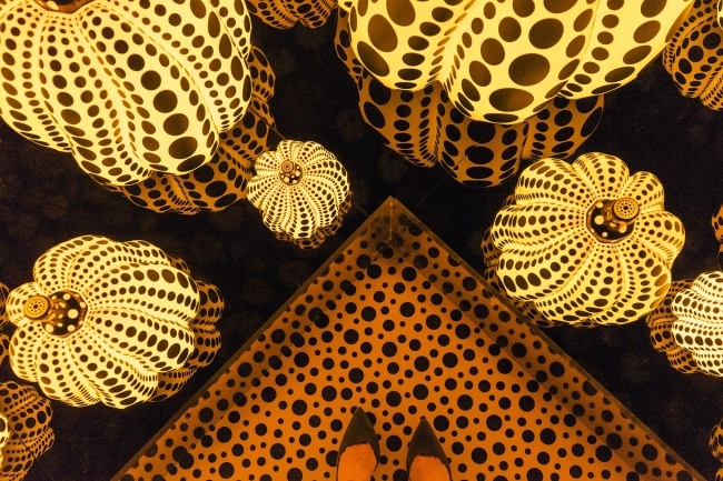 Yayoi Kusama Pumpkins, infinity rooms, infinity mirrors, washington dc, hirshhorn, halloween, pumpkins, glowing, art, exhibit, japanese, dots, internal love, smithsonian, shoefy